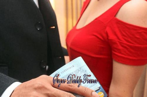 homme avec carte et femme en rouge