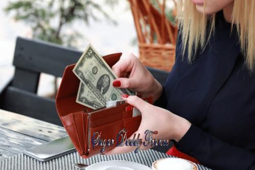 fille gardant l'argent dans le portefeuille