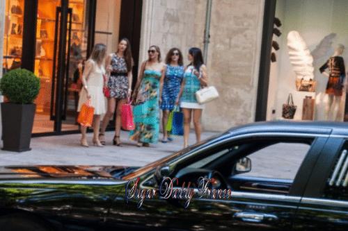 filles faisant des courses en limousine