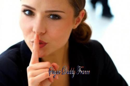 fille demandant le silence avec le doigt sur les lèvres
