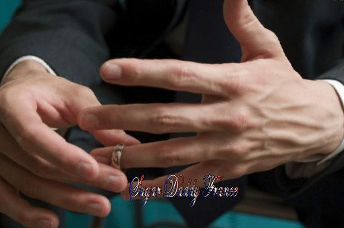 l'homme enlève la bague de fiançailles