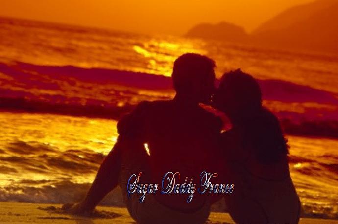 jeune fille avec un homme assis sur la plage avec kiss