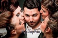 homme avec beaucoup de filles donnant des baisers