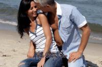 homme aux cheveux gris et jeune fille sur la plage