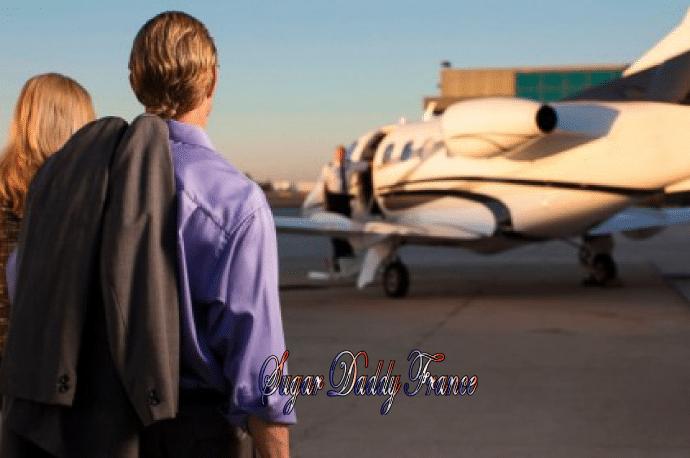 homme et femme avec avion en arrière-plan