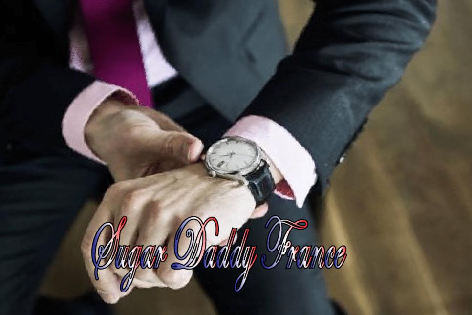 L'homme regarde la montre